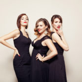 THE GLOSSY SISTERS – Complet